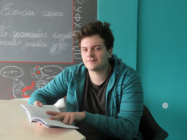 viktor-eftimov-kolumnist-na-fakulteti-mk-vesta-deka-sum-vash-izbor-me-pottikna-poveke-da-chitam-i-da-pishuvam