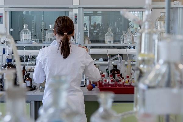 Научничка во лабораторија