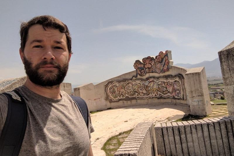 Американецот кој ги чува приказните на југословенските споменици