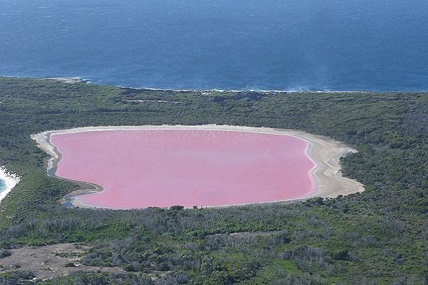 Капењето во ова езеро е како скок во глазура на торта