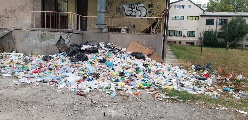 """Депонија никнала во дворот на ученичкиот дом """"Мирка Гинова"""" во Битола"""