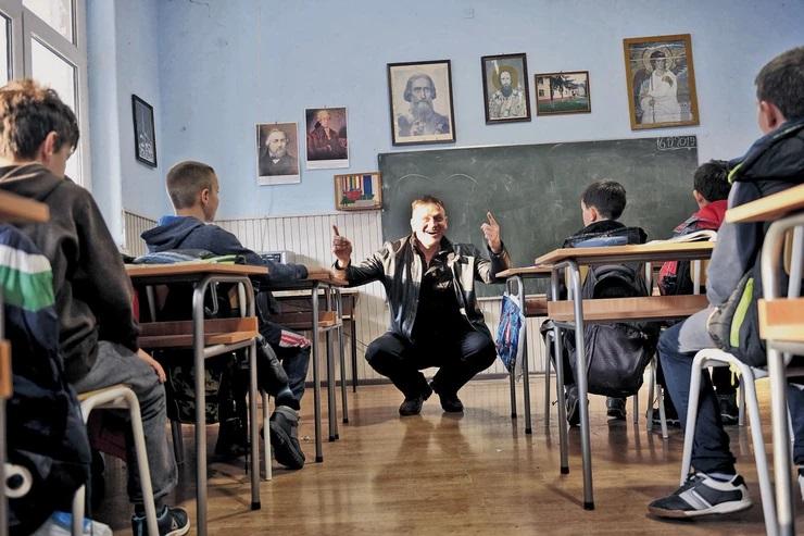 Српски директор знае сѐ за своите ученици, им прави чај кога ќе настинат и собира пари за екскурзии
