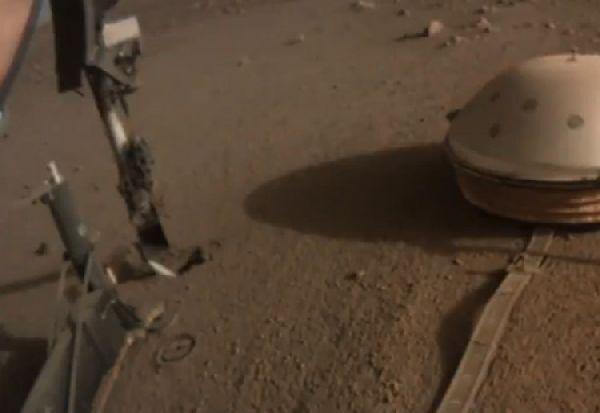 НАСА поправила робот на многу необичен начин: со удар од лопата