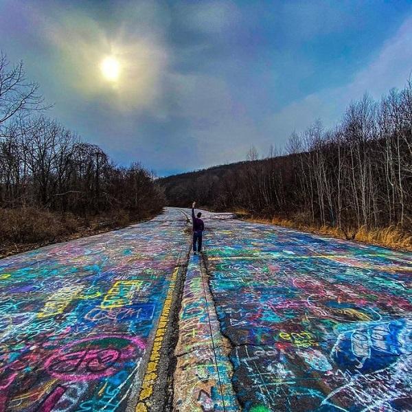 Напуштен автопат прекриен со графити