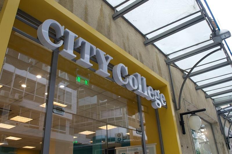 Сити колеџ успешно спроведува онлајн-настава во реално време и обезбедува целокупно искуство за студентите преку интернет!