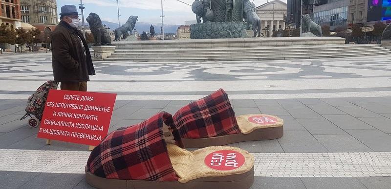 """Уметничка акција """"Седете дома"""" - џиновски влечки на скопскиот плоштад"""