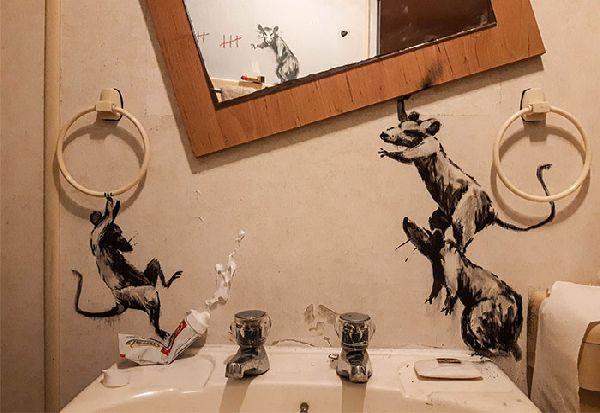 """Бенкси со нова """"улична уметност"""", но од неговата бања бидејќи е во карантин"""