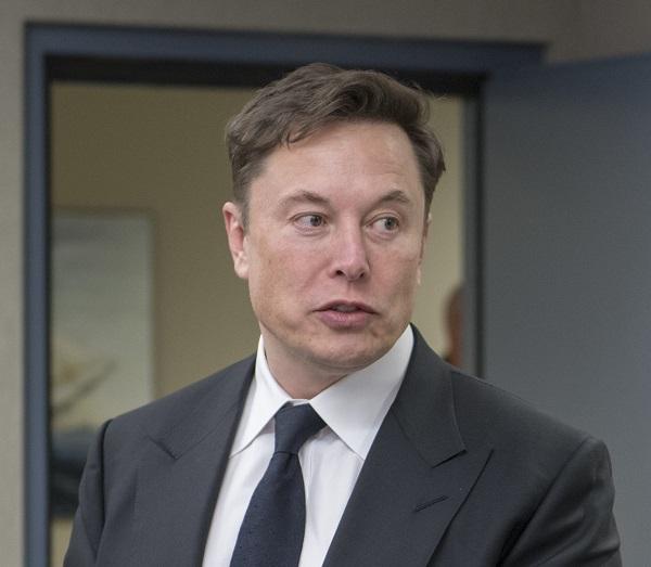 """Илон Маск: """"Премногу паметни луѓе се одлучуваат за финансии и право"""""""