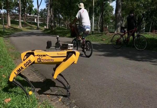 Куче-робот патролира во градските паркови во Сингапур и ги потсетува луѓето за социјално дистанцирање