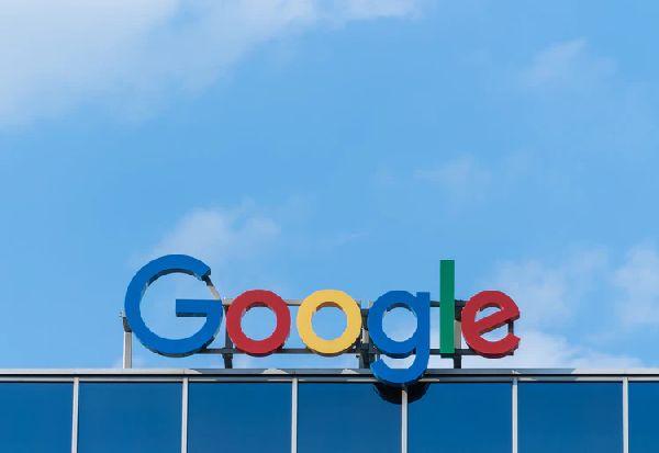 """Повеќето вработени во """"Гугл"""" ќе работат од дома до 2021 година"""