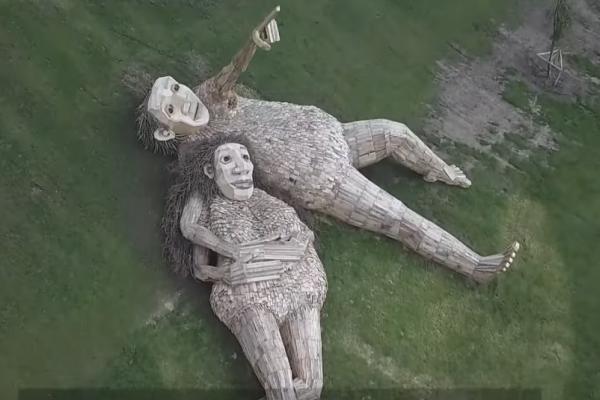 Уметник од Данска го претвора отпадот од дрво во неверојатни скулптури на тролови
