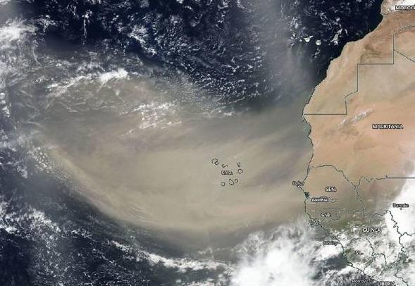 Огромен облак од сахарска прашина се гледа од вселената
