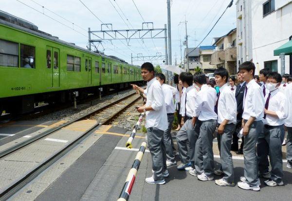 Јапонците го поминуваат животот чекајќи во ред