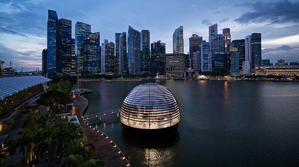 """Новата продавница на """"Епл"""" во Сингапур е сфера што плови на вода"""