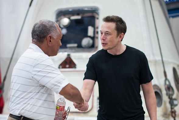 """Илон Маск се обидел да ја продаде """"Тесла"""" на """"Епл"""", но не добил состанок"""