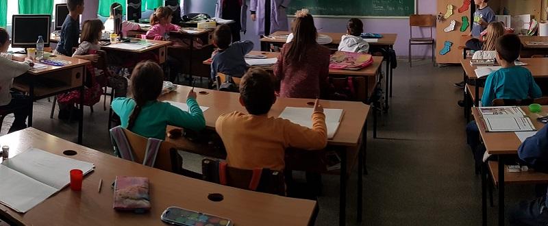 Наставници критикуваат дека реформите се прават набрзина. Не брзаме, туку доцниме, одговори Царовска