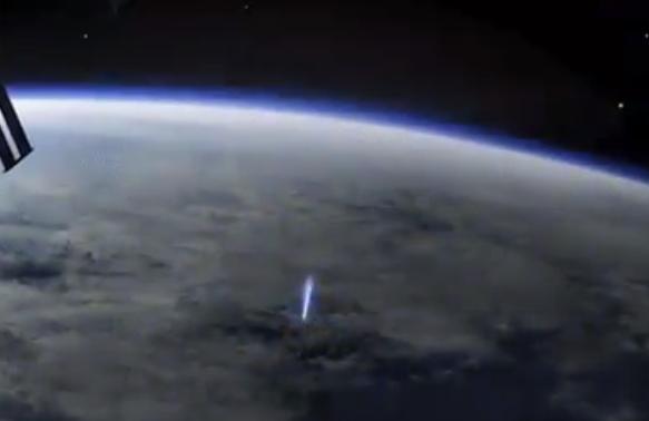Вака изгледа молња гледана од Меѓународната вселенска станица