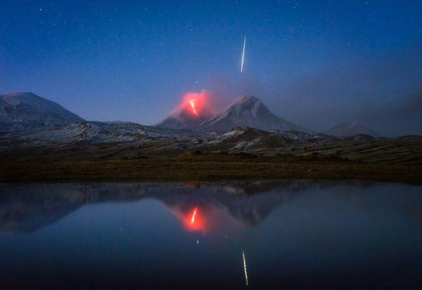 Се обидувал да фотографира вулкан што еруптира, но случајно фатил метеор што паѓа
