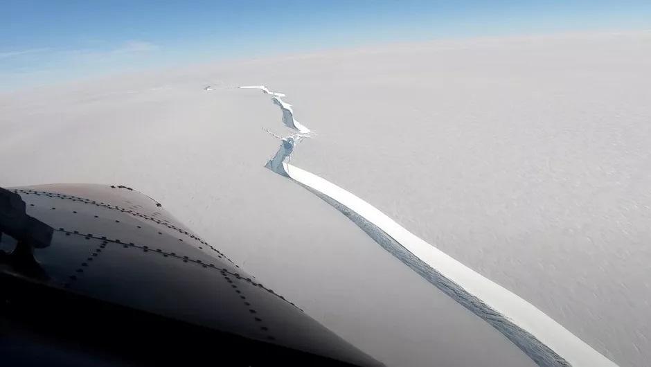 Видео од пукнатина на гребен, голем колку Лос Анџелес, што се одвоил од Антарктикот