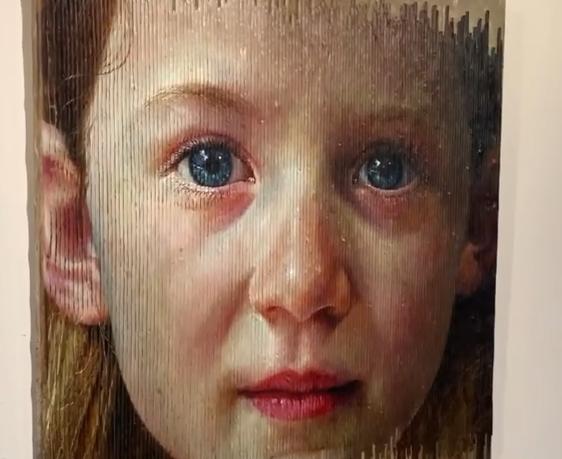 Уметник создава портрети кои се менуваат додека се движите околу нив