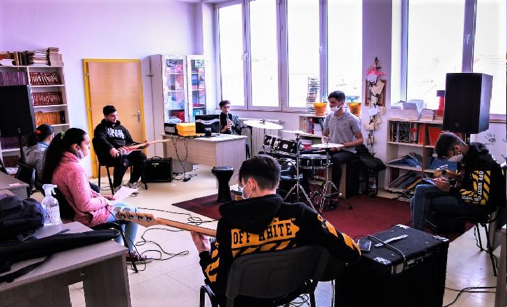 """""""Рома рок скул"""" им дава бесплатни часови по музика на деца од економски загрозени семејства"""