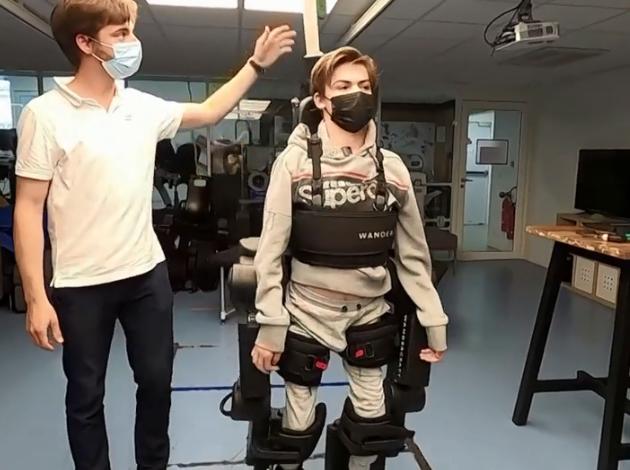 Татко направил роботски егзоскелет за да му помогне на синот да оди