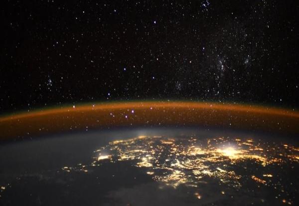 """Неверојатна фотографија од """"ноќно сјаење"""" на Земјата"""