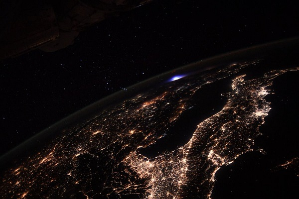 Астронаути забележале необична светлина над Европа